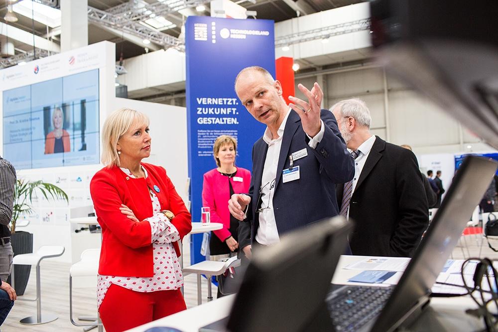 Die hessische Ministerin für Digitale Strategie und Entwicklung, Frau Prof. Dr. Sinemus, besucht SimPlan auf der Hannovermesse