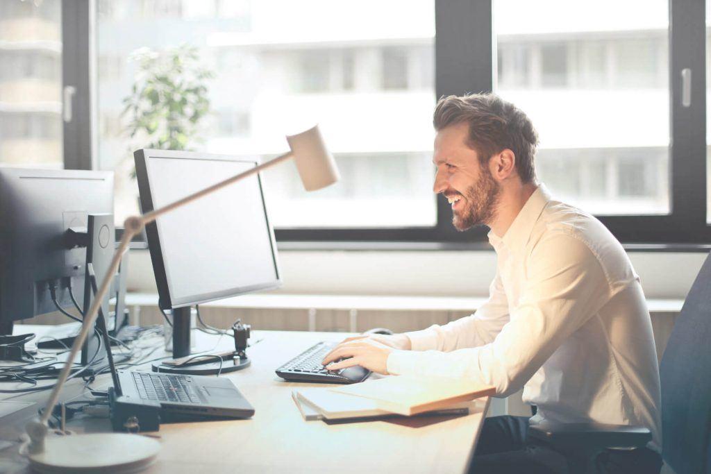 Man working on computer - SimPlan AG