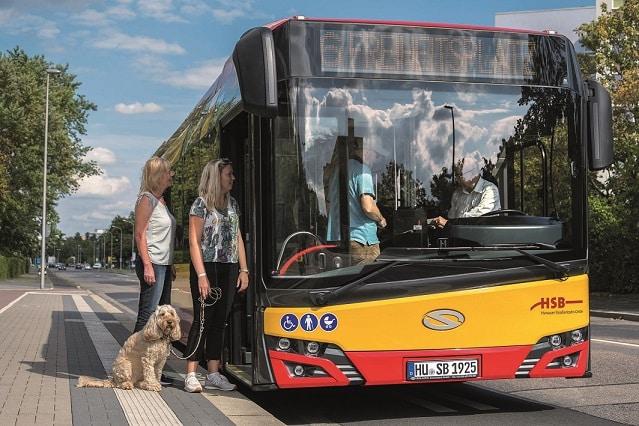HSB_Bus_Einsteigen_mit_Hund_4660_@Detlev_Sundermann-Web
